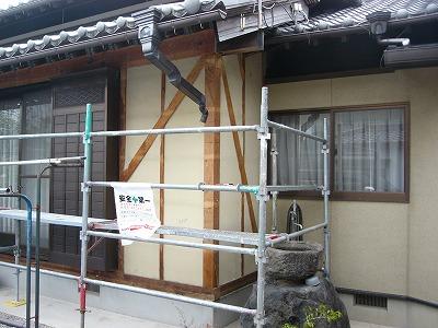 外壁材をめくり、筋交いを確認します。必要な箇所に入っていない場合は筋交いを入れます!! 昔の建物の場合、建物の図面がない場合や図面なくしてしまった方もいると思います。そんなときは確認の作業はとても大切なのです!!