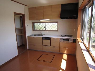 ハウステックのシステムキッチン 奥には可動棚付食品庫もあり、料理がしやすい空間にすることができました。